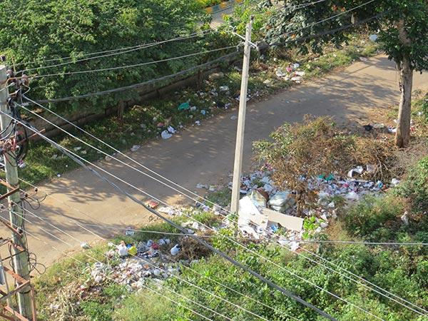 Pourquoi s'emmerder avec des poubelles bleus, jaunes, vertes quand on peut tout mettre dans la rue ?